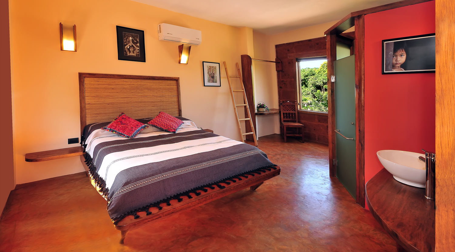 Double Room with queen-size bed and mountain view