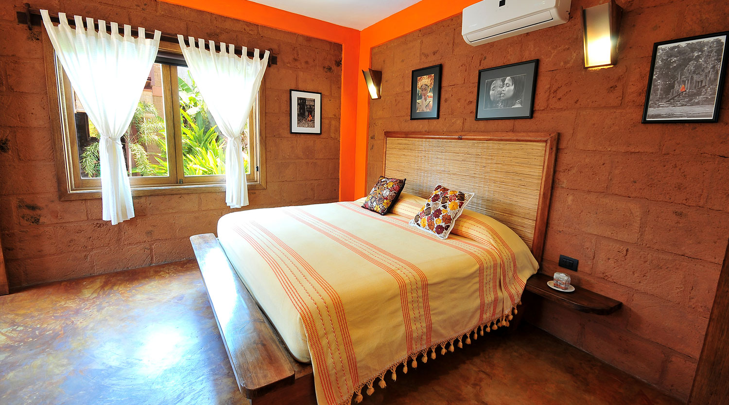 Double Room with king-size bed and mountain view